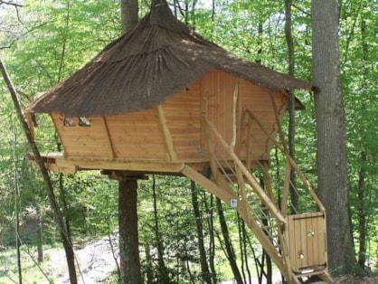 vue d'ensemble d'une cabane dans les arbres centre au Parc de Fierbois