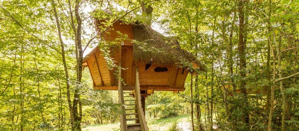 Vue extérieure d'une cabane dans les arbres dans le centre au Parc de Fierbois