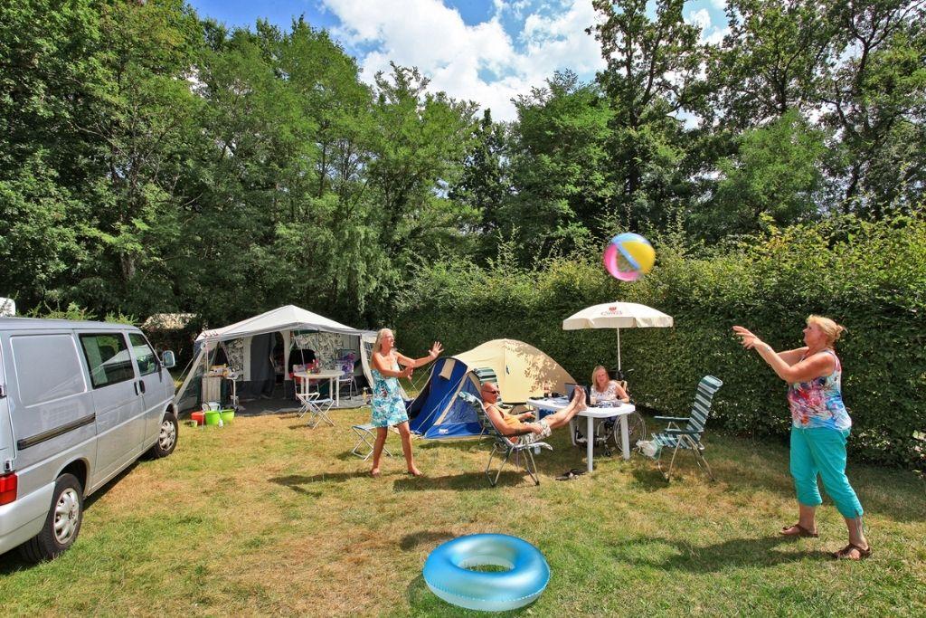 Parc De Fierbois Emplacements De Camping En Indre Et Loire, Personnes Jouant Au Ballon