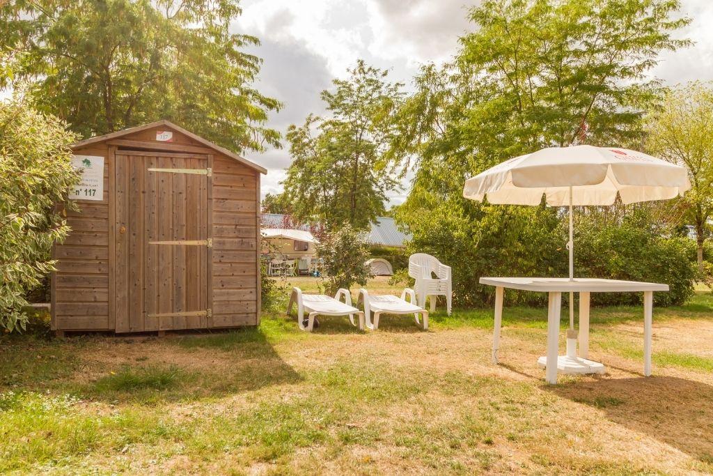 Emplacement premium de camping avec sanitaires privatifs au parc de Fierbois en Indre et Loire